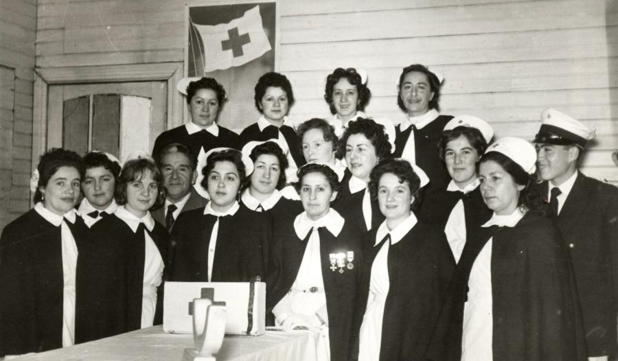 Integrantes de la Cruz Roja de Purranque en la década de los años 60. Al centro la presidenta Isolde Fernández Bunster.