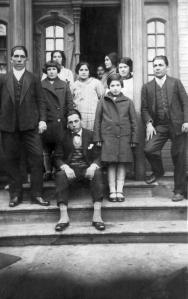 Familia Rosas Carter en la entrada principal de su residencia